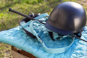 Ausrüstung zum Reiten im Freien: Zaumzeug, Peitsche, Helm, Bandagen